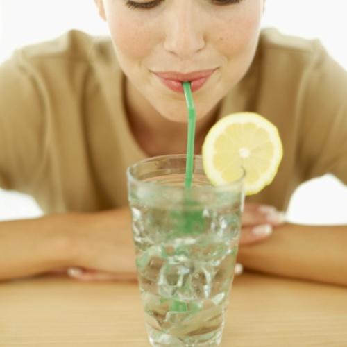 Động tác mím môi khi uống nước bằng ống hút làm nếp nhăn quanh mắt và khóe miệng xuất hiện sớm hơn mong đợi.Ảnh: (lakeforestdentalarts.co