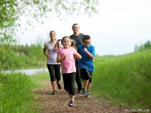 Cha mẹ nên khuyến khích trẻ em tập thể dục ngoài trời.