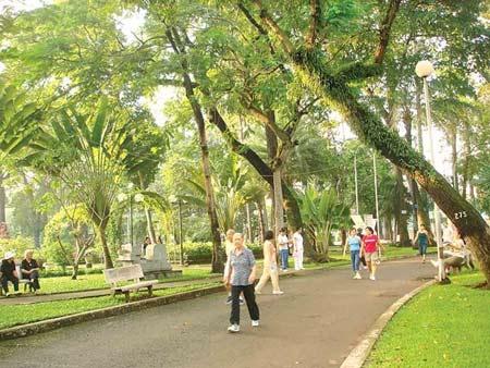 Đi bộ buổi sáng trong công viên.