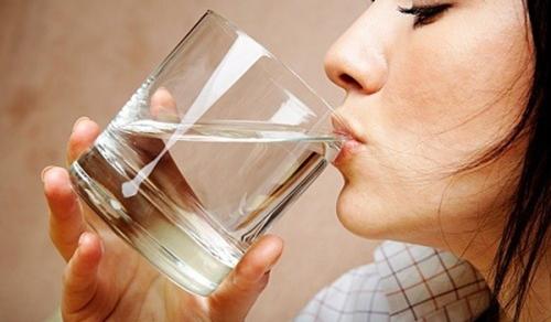 Uống ít nhất 9 cốc nước mỗi ngày để giữ ẩm cho miệng. Ảnh: ndtv.com