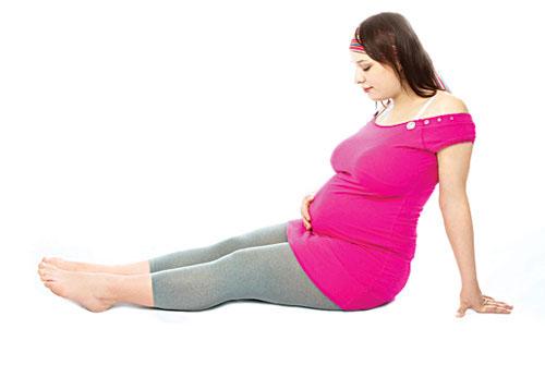Trong thời gian mang thai, người phụ nữ có thể phải đối mặt với một số bệnh phổ biến khó tránh như chảy máu răng, táo bón, chuột rút... Ảnh minh họa