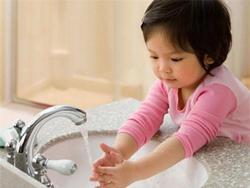 Rửa tay thường xuyên bằng xà phòng dưới vòi nước chảy nhiều lần trong ngày là cách phòng bệnh đơn giản mà hiệu quả. Ảnh minh hoạ.