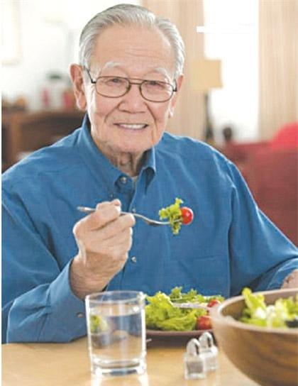 Người cao tuổi nên ăn nhiều rau xanh để bổ sung vitamin