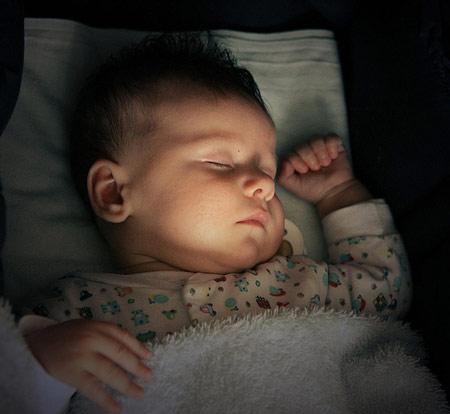 Mẹ hãy giảm bớt ánh sáng tối đa khi bé ngủ (ảnh minh họa)