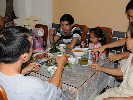 Những bữa ăn gia đình sẽ giúp trẻ phát triển các kỹ năng về ngôn ngữ (ảnh: Hồng Thúy)