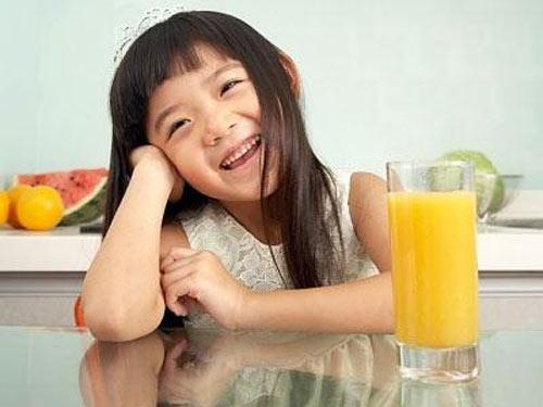 6 sai lầm của mẹ khi cho con uống nước ép trái cây