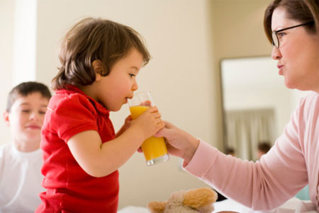 Mùa hè nóng nực các mẹ thường xuyên cho con uống nước ép trái cây để bồi bổ cơ thể. nhưng các mẹ nên lưu ý những điều sau để việc tẩm bổ cho con không bị phản tác dụng nhé