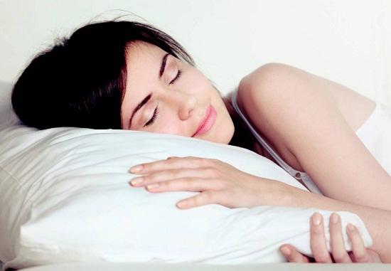 Chăn gối sạch sẽ sẽ khiến cho bạn cảm thấy thoải mái khi đi vào giấc ngủ