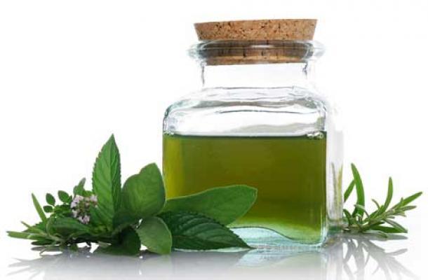 Hình 7: Cũng có thể chữa nấm móng bằng biện pháp tự nhiên như: ngâm chân trong nước muối; dùng tinh dầu cây trà, dùng baking soda,…