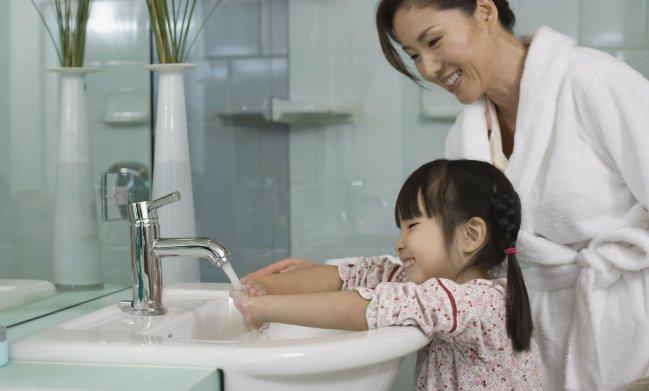 Hình 9: Phòng bệnh hơn chữa bệnh, tốt nhất hãy tập thói quen rửa tay chân thường xuyên, bảo vệ móng khỏi các tác nhân gây bệnh ở môi trường bẩn.