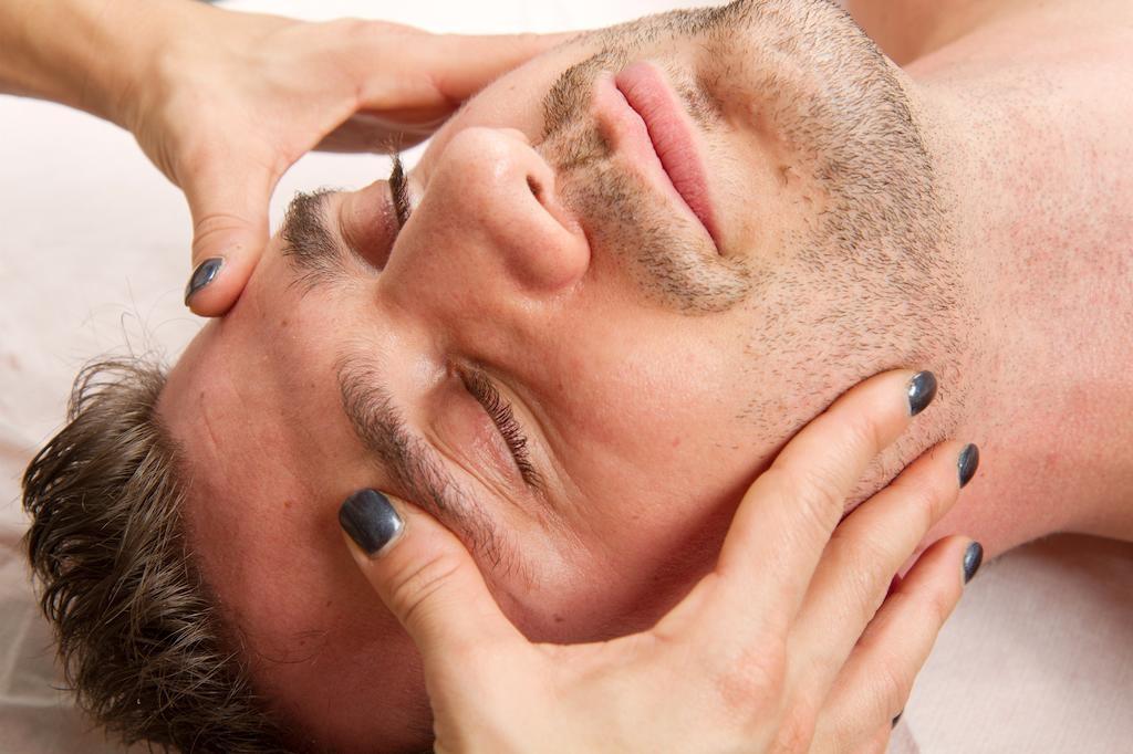 Điều trị mụn cho nam giới hết bao nhiêu tiền?