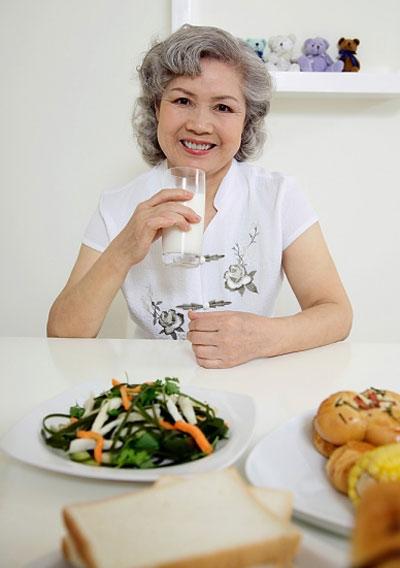 Chế độ dinh dưỡng hợp lý đối với người cao tuổi là một vũ khí tích cực và hiệu quả chống lại sự lão hóa. dưới đây là 8 lời khuyên về chế độ ăn đối với sức khỏe cũng như tuổi thọ của người cao tuổi