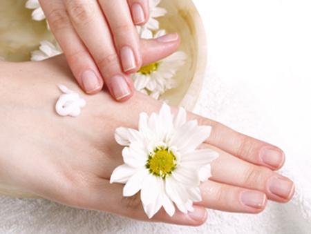 Sử dụng Daggett & Ramsdell Hand & Body lightening cream mỗi ngày để có làn da tay trắng sáng
