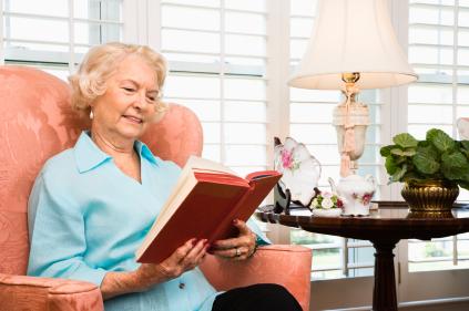 Người già vẫn có thể xem tivi, đọc sách báo thoải mái khi uống thuốc bổ mắt Baush + Lomb Ocuvite hàng ngày