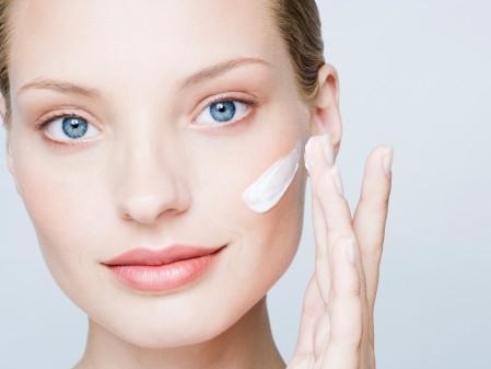 Sử dụng Ivory Caps Skin Whitening Lightening Support Cream mỗi ngày để có làn da trắng sáng, mịn màng