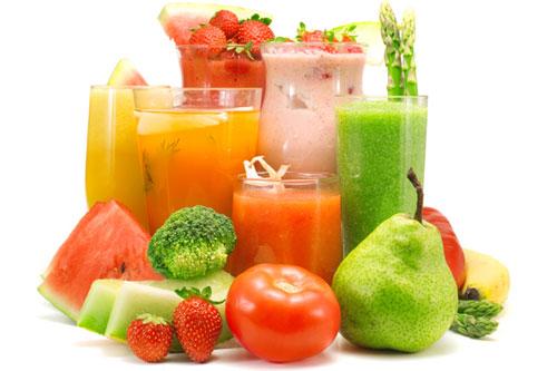 Uống đủ nước bao gồm nước ép từ trái cây