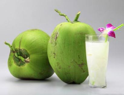 Uống nước dừa trước khi ăn  sẽ giúp bạn no bụng