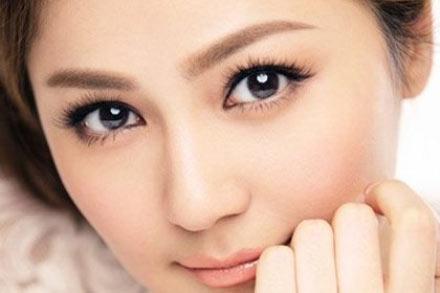Sử dụng Daggett & Ramsdell Eye Fade Cream mỗi ngày để có một đôi mắt sáng đẹp