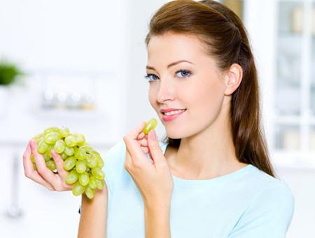 ăn trái cây vào buổi sáng