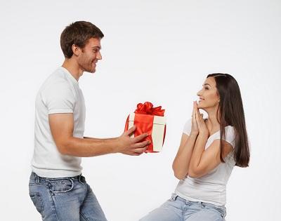 Một món quà đơn giản về hình thức sẽ rất khó để gây được ấn tượng với những cô nàng vui vẻ, hồn nhiên!