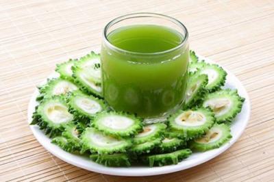 bạn nên hòa bột mướp đắng với nước ấm tạo thành một loại trà khổ qua dùng hàng ngày