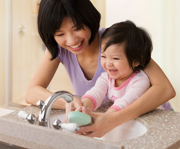 Rửa tay thường xuyên giúp bé hạn chế được Virus cảm lạnh và cảm cúm