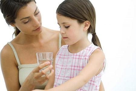 Uống đầy đủ nước giúp tăng ệ miễn dịch cho bé