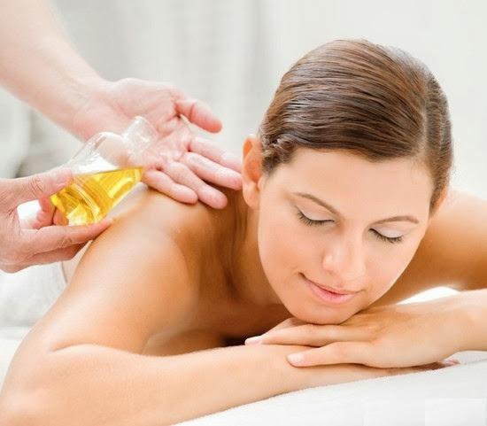 Dầu dừa giúp giảm cảm giác bỏng rát và ngăn vi khuẩn thâm nhập vào da