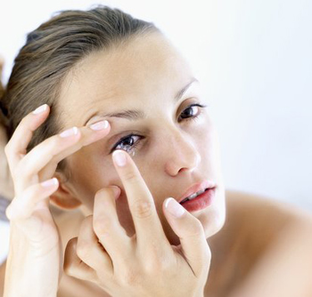 Kính áp tròng có sắc đỏ được phát triển để làm giảm sự đau đớn do chứng đau nửa đầu gây ra