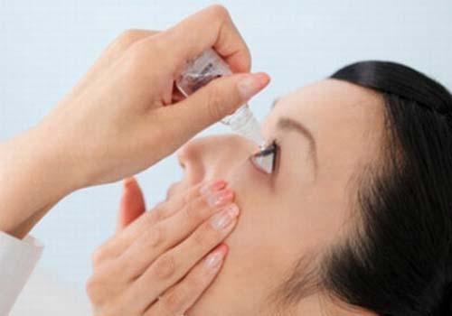 Nhỏ thuốc qua kính áp tròng làm tăng tới 40% hiệu quả dùng thuốc