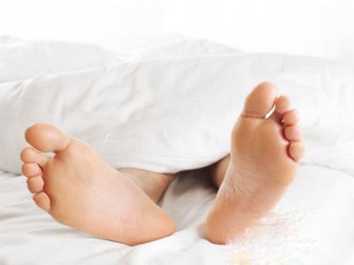 Duỗi cơ tay và cơ chân tốt cho sức khỏe và giúp cơn buồn ngủ đến với bạn dễ dàng hơn.